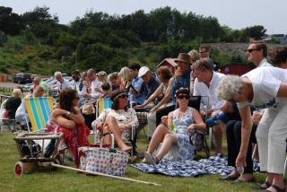 Många dukar upp på picknick-filten